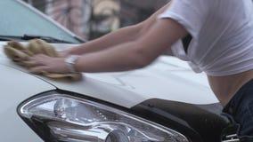 Barrido de la muchacha del coche en la calle almacen de metraje de vídeo