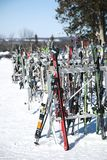 Barrie, Канада - 8-ое января 2017: Шкаф упакованный с лыжами и sn Стоковое Фото