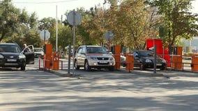 Barriera automatica di sicurezza al parcheggio stock footage