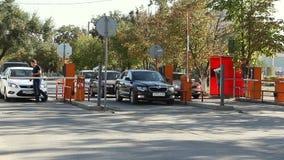 Barriera automatica di sicurezza al parcheggio video d archivio