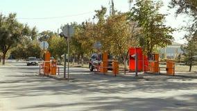 Barriera automatica di sicurezza a parcheggio nell'aeroporto internazionale Volgograd video d archivio