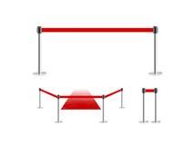 Barriera della recinzione mobile con il supporto rosso del tappeto del velluto e della cinghia isolato su bianco Fotografia Stock Libera da Diritti