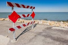 Barriera della strada per una parte scolorita di strada fotografie stock libere da diritti