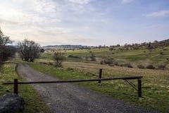 Barriera di legno davanti ad una traccia di escursione fotografie stock libere da diritti