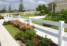 Barriera di sicurezza e fiori bianchi Immagini Stock