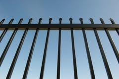 Barriera di sicurezza intorno alla proprietà industriale Immagini Stock