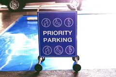 Barriera di traffico per parcheggio di priorità nel centro commerciale fotografia stock libera da diritti