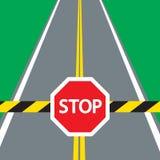 Barriera ed ARRESTO del segnale stradale Fotografia Stock