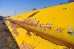 Barriera gialla arrugginita Fotografia Stock Libera da Diritti