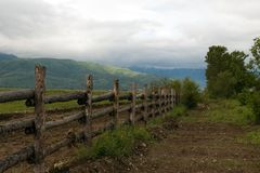 Barriera intorno a pasture&mountain fotografia stock libera da diritti