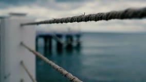 Barriera metallica con le corde alla riva di Mar Nero in Georgia al rallentatore archivi video