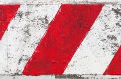 Barriera a strisce rossa e bianca della strada cementata fotografia stock libera da diritti