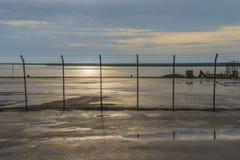 Barriera su un porto sotto cielo blu Immagine Stock Libera da Diritti