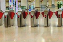 Barriere automatiche del biglietto del controllo di accesso nella stazione della metropolitana Vista Immagini Stock Libere da Diritti