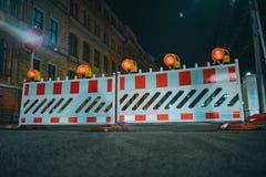 Barriere della strada con le lampade arancio come una recinzione immagine stock libera da diritti