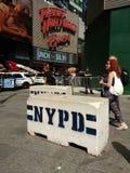 Barriere di sicurezza concrete di NYPD, Times Square, NYC, U.S.A. Immagini Stock Libere da Diritti