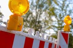 Barriere rosse e bianche con luce d'avvertimento Immagine Stock Libera da Diritti