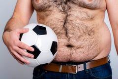 Barriga barrigudo de um futebol do homem Imagens de Stock