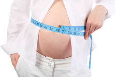Barriga da barriga de medição da mulher gravida Imagens de Stock Royalty Free