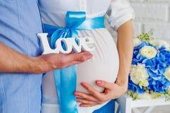 Barriga da mulher gravida do close-up Imagens de Stock