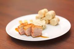 Barriga de carne de porco com as bolinhas de massa da couve e do pão Fotografia de Stock Royalty Free
