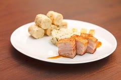 Barriga de carne de porco com as bolinhas de massa da couve e do pão Fotografia de Stock