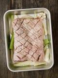 Barriga de carne de porco temperado cru crua rústica imagem de stock