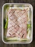 Barriga de carne de porco temperado cru crua rústica foto de stock