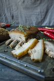 Barriga de carne de porco cozida com especiarias, tomilho, pimenta amarga, p?o fresco Gordura ucraniana Prato tradicional de Ucr? fotografia de stock