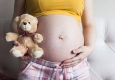 Barriga de uma mulher gravida Foto de Stock