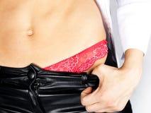 Barriga perfeita da mulher na cuecas vermelha Imagem de Stock