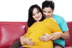 Barriga tocante do pai e da mãe Imagem de Stock Royalty Free