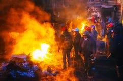 Barrikad med personerna som protesterar på den Hrushevskogo gatan i Kiev, UK arkivfoto