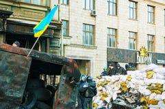Barrikad med personerna som protesterar på den Hrushevskogo gatan i Kiev, UK royaltyfri foto