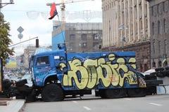 Barrikaden av gummihjul som är waterjet och den högra sektorflaggan royaltyfri bild