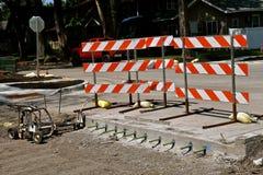 Barrikaden avskiljer den färdiga och oavslutade gatareparationen royaltyfri foto
