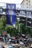 Barrikader med bron och affischen som visar symbol av Royaltyfria Bilder