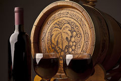 Barril, botellas y vidrios de vino Foto de archivo