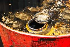 barril con el líquido sucio dentro Foto de archivo libre de regalías