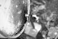 Barril de aceite del metal con golpecitos en blanco y negro foto de archivo