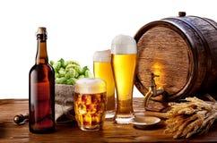 Barril de cerveza con los vidrios Imágenes de archivo libres de regalías