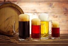 Barril de cerveza con los vidrios de cerveza Imagen de archivo libre de regalías