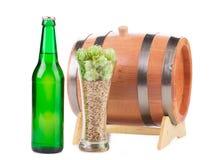 Barril de cerveza con los vidrios de cerveza Foto de archivo libre de regalías