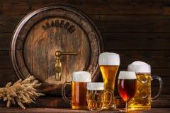 Barril de cerveza con los vidrios de cerveza Foto de archivo