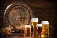 Barril de cerveza con los vidrios de cerveza Imagen de archivo