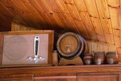 Barril de cerveza con los vidrios de cerveza en la tabla en fondo de madera Imagen de archivo libre de regalías