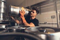 Barril de cerveza del metal del cervecero que lleva en la fábrica de la cervecería fotos de archivo libres de regalías