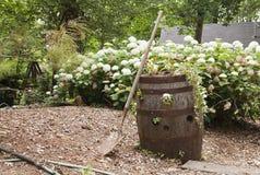 Barril de madera con las flores y la pala Imágenes de archivo libres de regalías