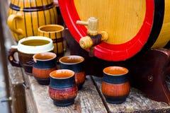 Barril de madera con las tazas Foto de archivo libre de regalías