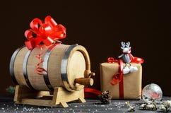 Barril de madera para el vino con el anillo de acero imagen de archivo libre de regalías